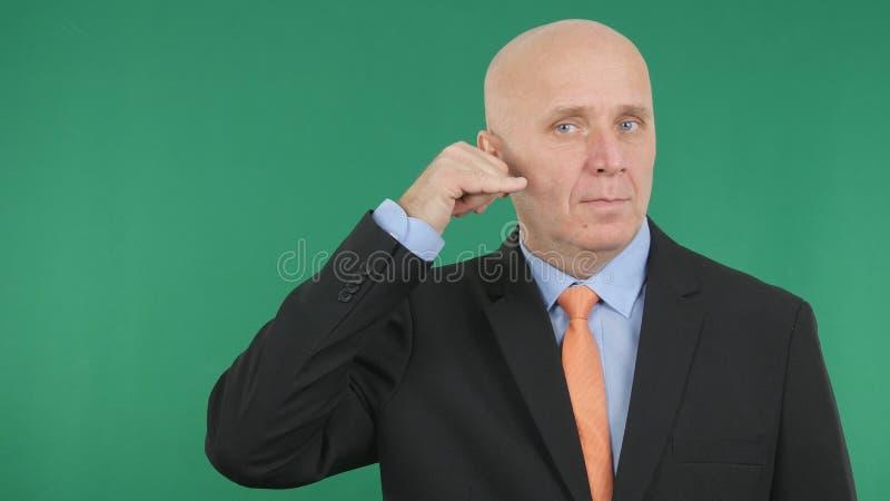 Gestes de main sérieux de Make Call Me d'homme d'affaires photo stock
