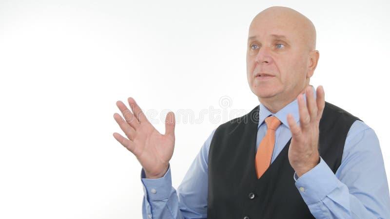 Gestes et parler sérieux d'Image Making Hand d'homme d'affaires photos stock
