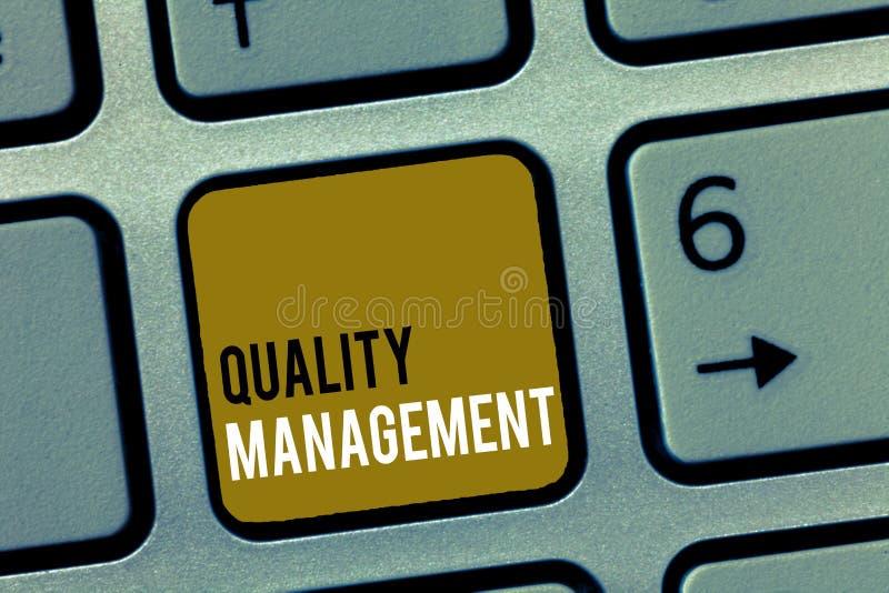 Gestión de calidad del texto de la escritura de la palabra Concepto del negocio para los servicios del producto de la mayor nivel imagen de archivo