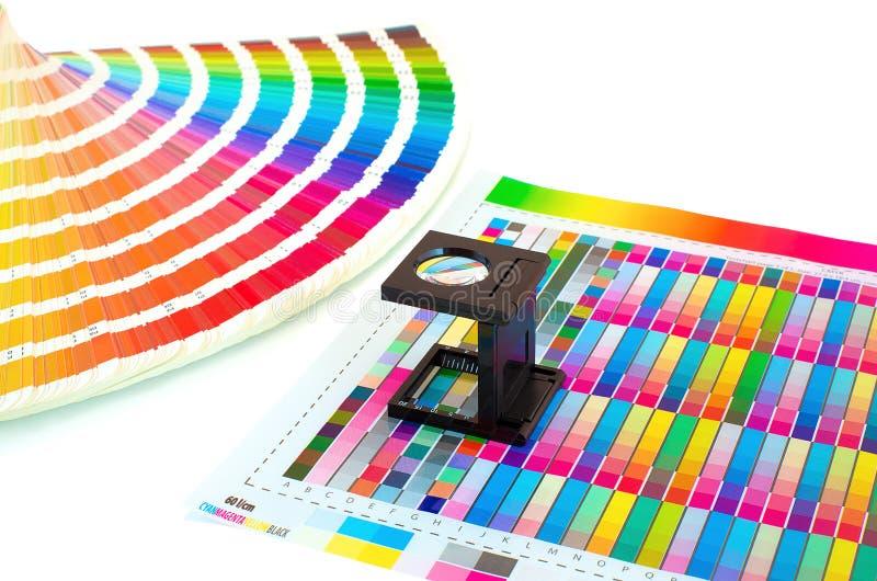 Gestión de color en proceso de impresión con la guía de la lupa y de la pintura foto de archivo libre de regalías