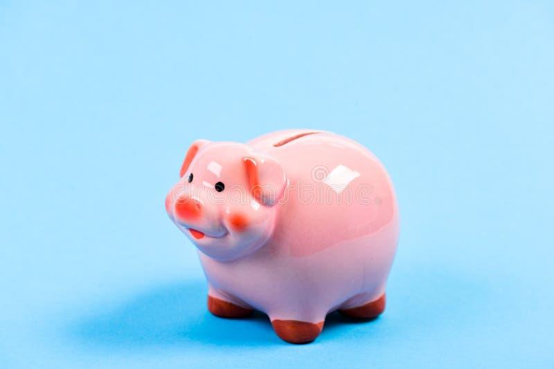 Gestión de la renta Problema financiero Bater?a guarra en fondo azul Presupuesto del planeamiento ahorro del dinero Colector del  foto de archivo