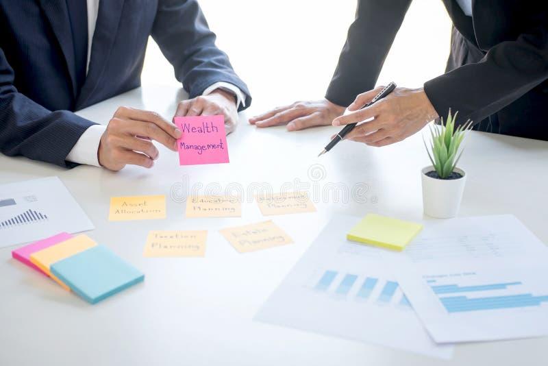 Gestión de la riqueza y concepto financiero, equipo de contabilidad empresarial que analiza y cálculo sobre fondo de inversión imágenes de archivo libres de regalías