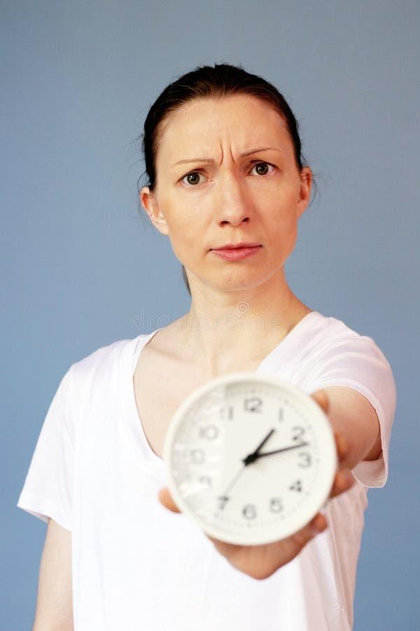 Gestión de tiempo en cuestión de la mujer que señala en el reloj imágenes de archivo libres de regalías
