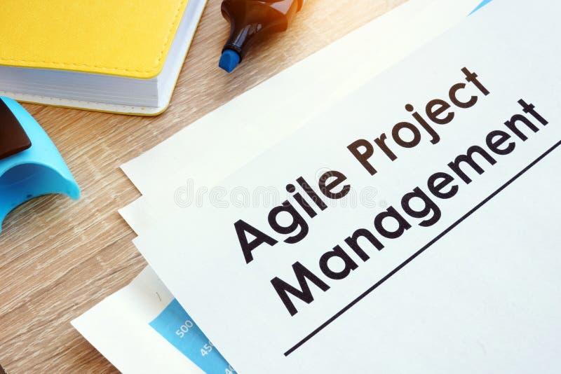 Gestión del proyecto ágil del documento en una tabla fotografía de archivo