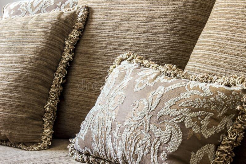 Gesticktes elegantes Kissen in einer Couch lizenzfreie stockbilder