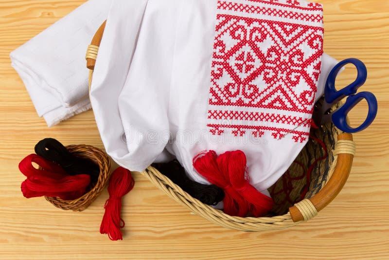 Gesticktes Hemd und Zubehör für Näharbeit stockfotografie