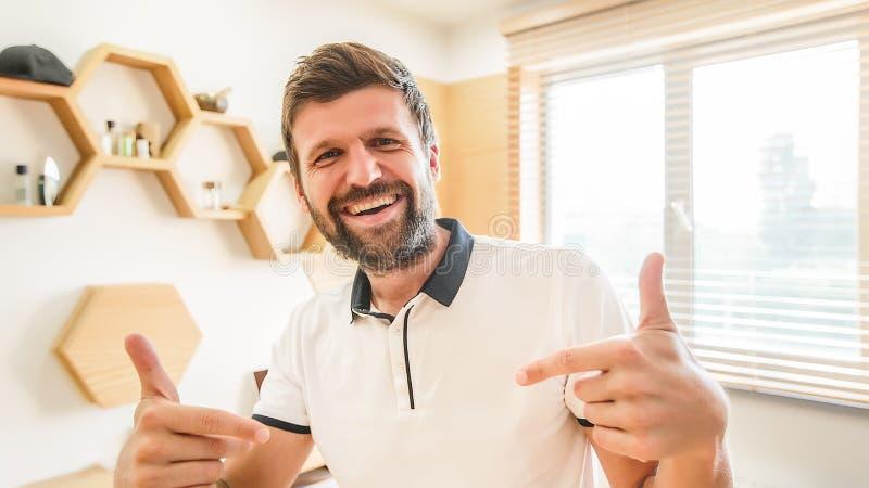 Gesticular de sorriso do homem farpado considerável com suas mãos fotos de stock royalty free