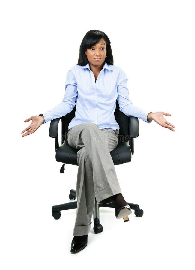Gesticulation de la femme d'affaires dans la présidence de bureau image stock