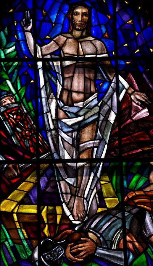 Gestiegener Jesus Christ im Buntglas stockbilder