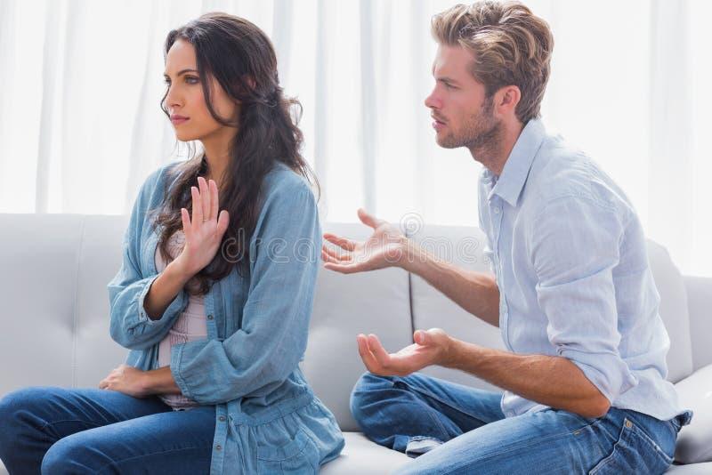 Gestikulierende Frau beim Streiten mit ihrem Partner stockfoto