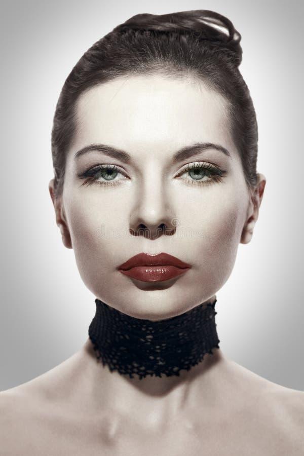 Gestileerd portret van een donkerbruine jonge vrouw royalty-vrije stock foto