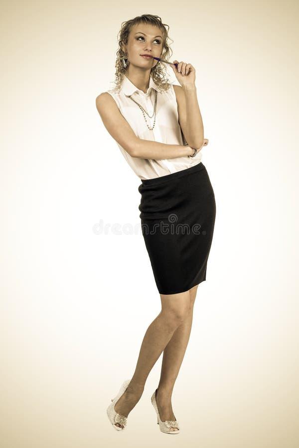 Gestileerd portret van het peinzende bedrijfsvrouw kijken omhoog op witte achtergrond royalty-vrije stock afbeelding