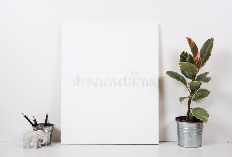 Gestileerd tafelblad, leeg kader, het schilderen de binnenlandse spot van de kunstaffiche stock foto's