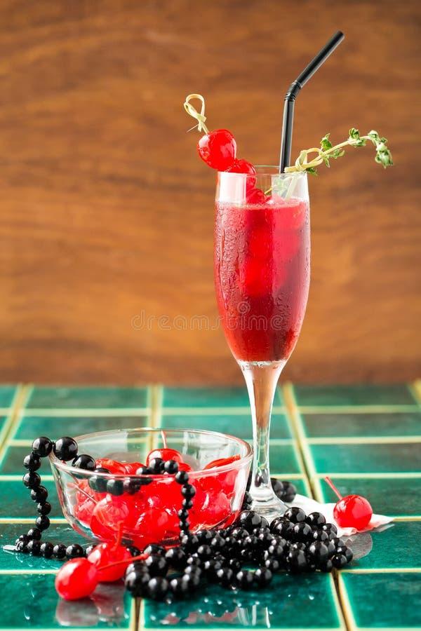 Gestileerde cocktaildrank met kalk, capsicum en rozemarijn stock afbeeldingen