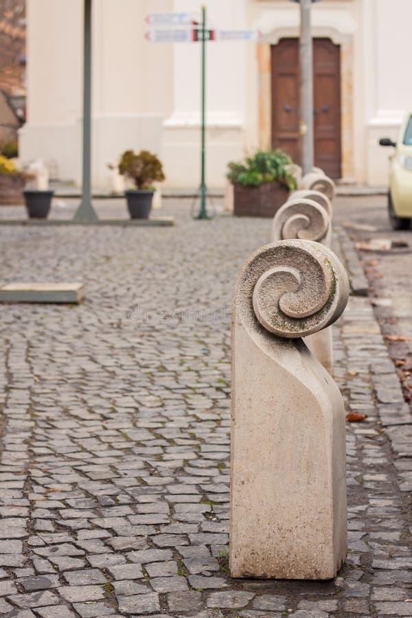 Gestileerde concrete meerpalen op cobble steenbestrating royalty-vrije stock afbeelding