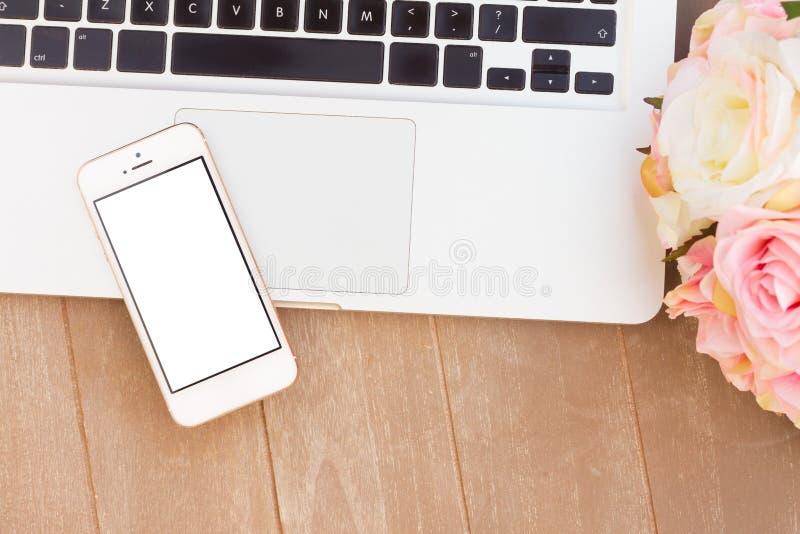 Gestileerde Desktop met moderne telefoon royalty-vrije stock foto's