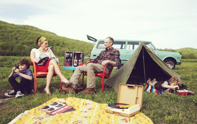 Gestileerde uitstekende foto van familie het kamperen stock foto