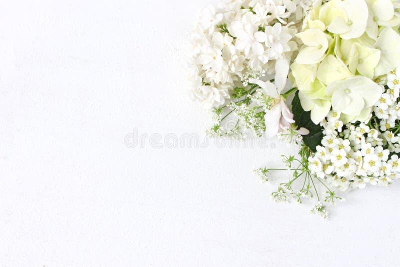 Gestileerde voorraadfoto Decoratieve bloemensamenstelling Wild huwelijk of verjaardagsboeket van tot bloei komende witte sering,  stock afbeelding