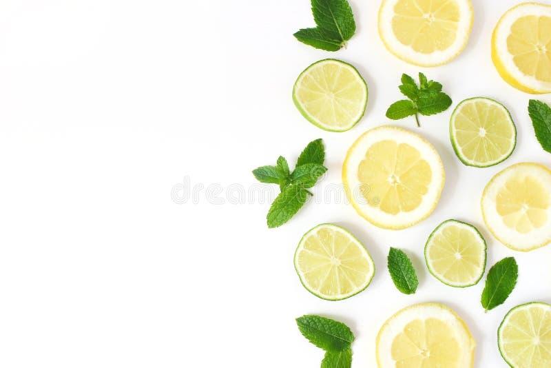 Gestileerde voorraadfoto Van het de zomerkruiden en fruit samenstelling Kalk, citroenplakken en verse groene die muntbladeren op  stock afbeeldingen