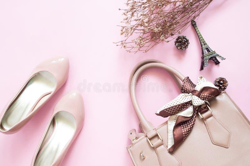 Gestileerde vrouwelijke flatlay met schoenen, handtas en bloemen op pi royalty-vrije stock afbeelding