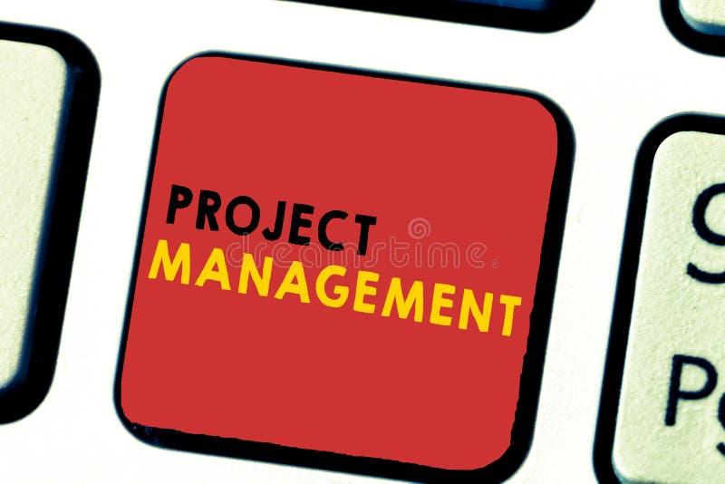 Gestion des projets des textes d'écriture de Word Concept d'affaires pour que les qualifications de procédé d'application atteign photographie stock libre de droits