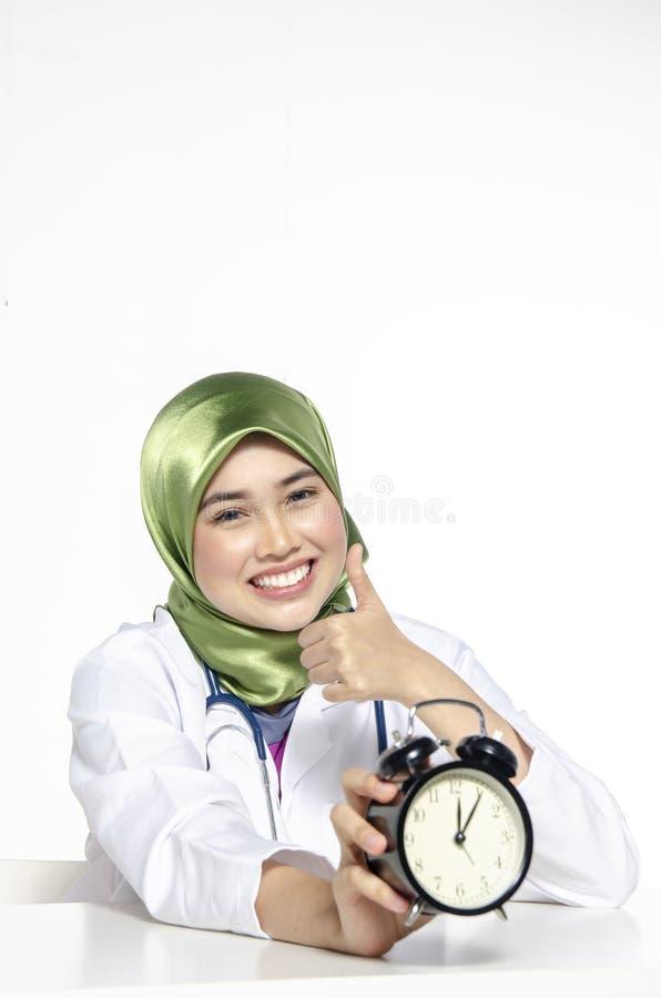 Gestion du temps et concept de ponctualité, jeune HOL de personnel médical photo stock