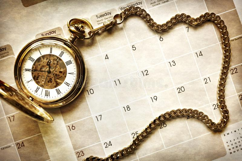 Gestion du temps, montre de poche sur le calendrier photographie stock