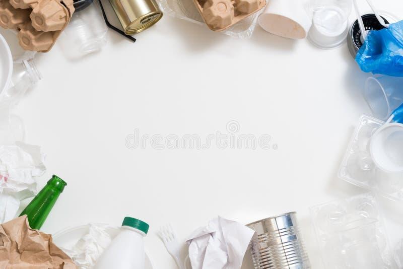 Gestione dei rifiuti che ordina carta di plastica vetro/metallo fotografie stock