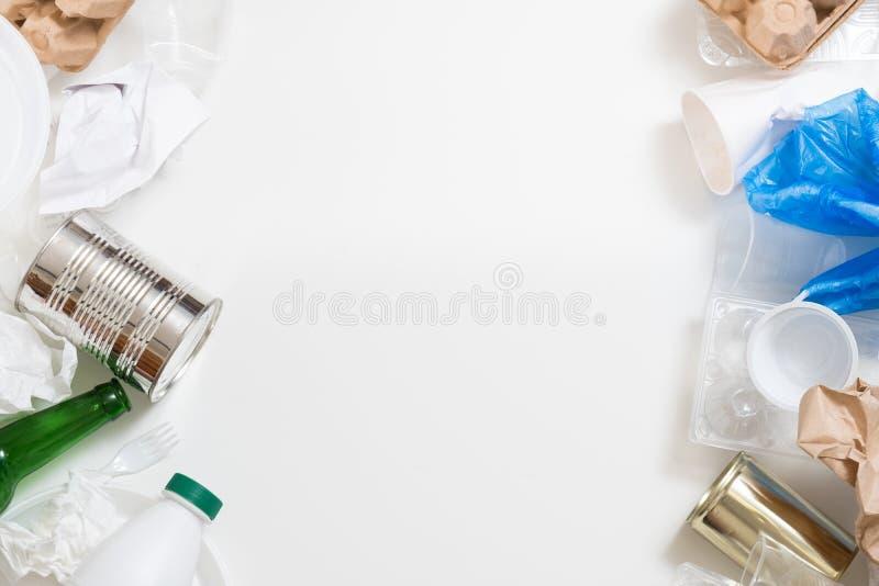 Gestione dei rifiuti che ordina carta di plastica vetro/metallo immagini stock libere da diritti