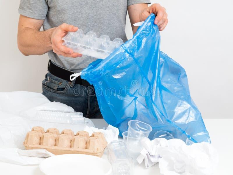 Gestione dei rifiuti che ordina riciclando carta di plastica immagini stock
