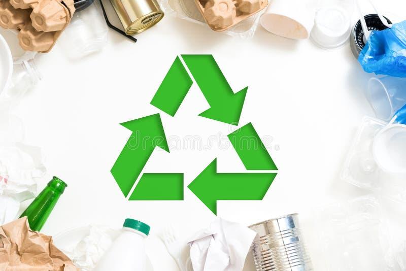 Gestione dei rifiuti di ecologia che ordina riciclaggio fotografie stock libere da diritti