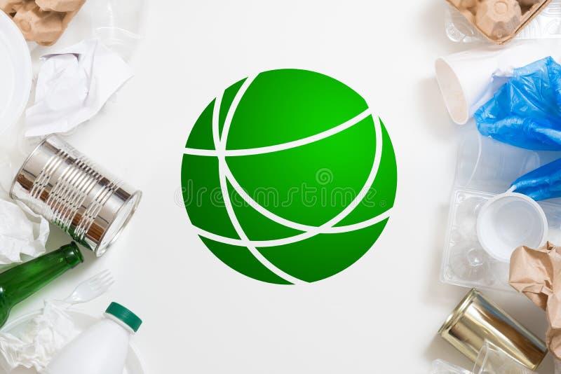 Gestione dei rifiuti globale di ecologia che ordina riciclaggio fotografie stock