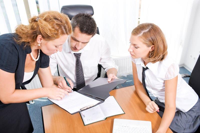 Gestionnaire avec des employés de bureau sur le contact image libre de droits