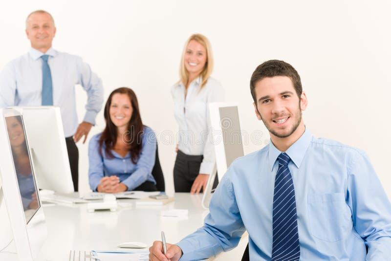 Gestionnaire d'équipe d'affaires jeune avec des collègues de travail images libres de droits