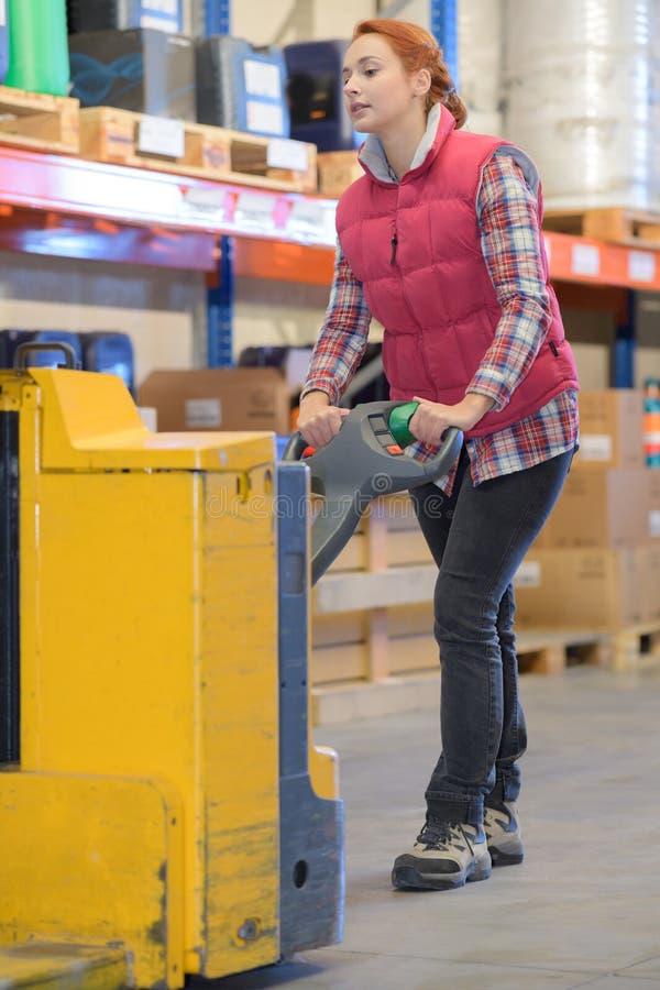 Gestionnaire d'entrepôt poussant le chariot images stock
