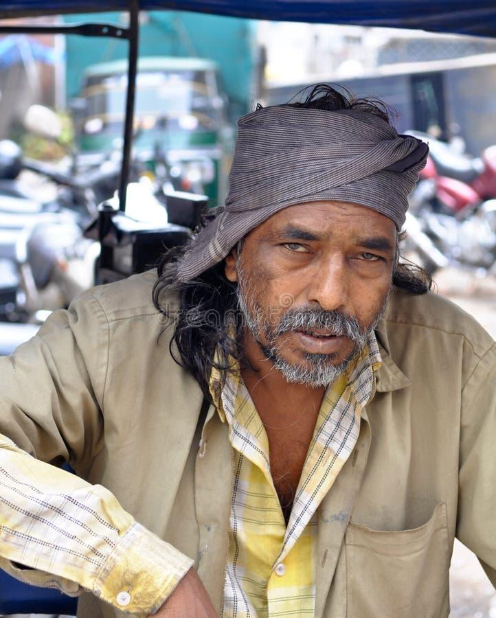 Gestionnaire de taxi à Bangalore, Inde image stock