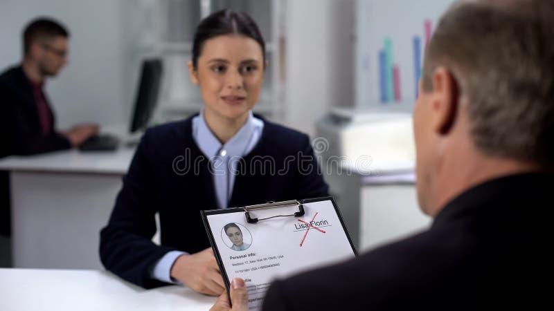 Gestionnaire des RH refusant la candidature de la femme, nom croisé dans le curriculum vitae, échec de l'entrevue photo stock