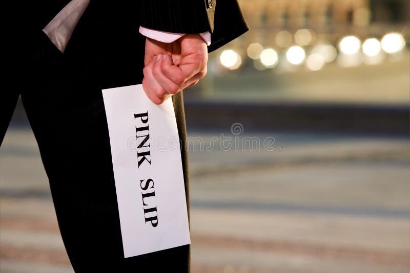 Gestionnaire donnant à une notification d'achêvement du travail la lettre de licenciement images stock