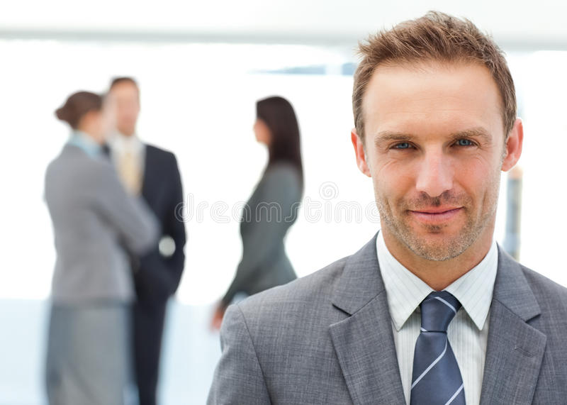 Gestionnaire fier posant devant son équipe photo libre de droits