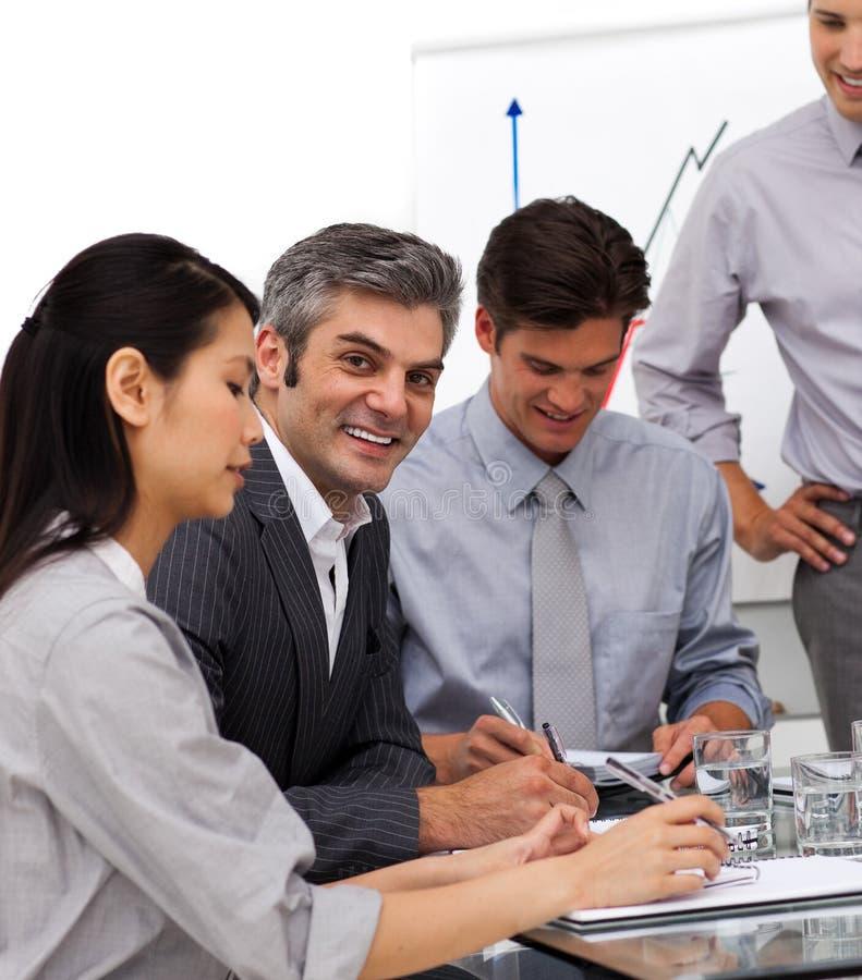 Gestionnaire mûr de sourire lors d'un contact avec son équipe image libre de droits