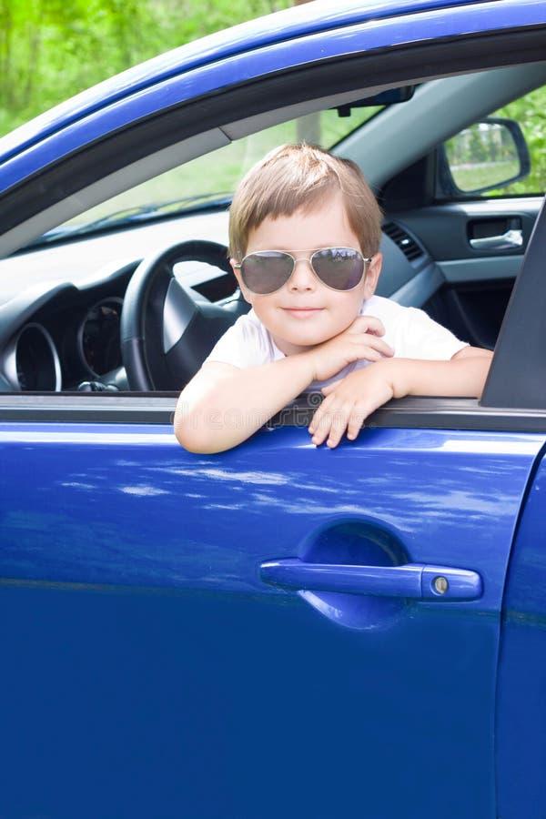 Gestionnaire mignon dans le véhicule bleu images stock