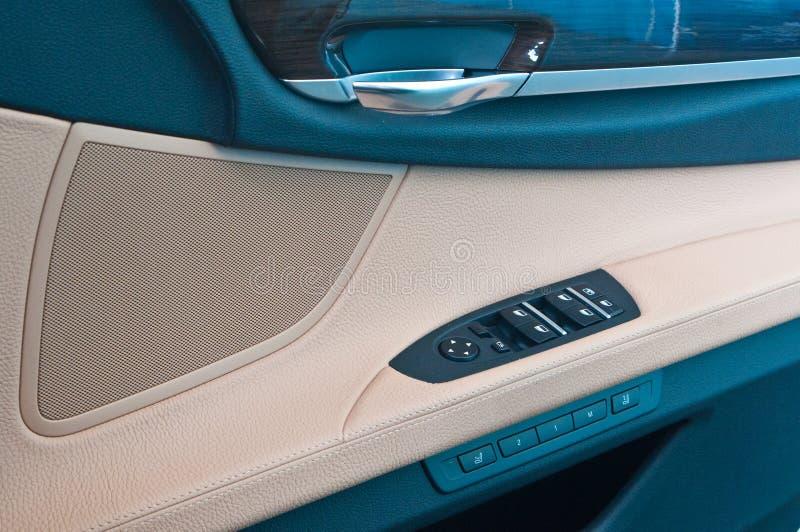 Gestisca gli switchs in un'automobile immagini stock