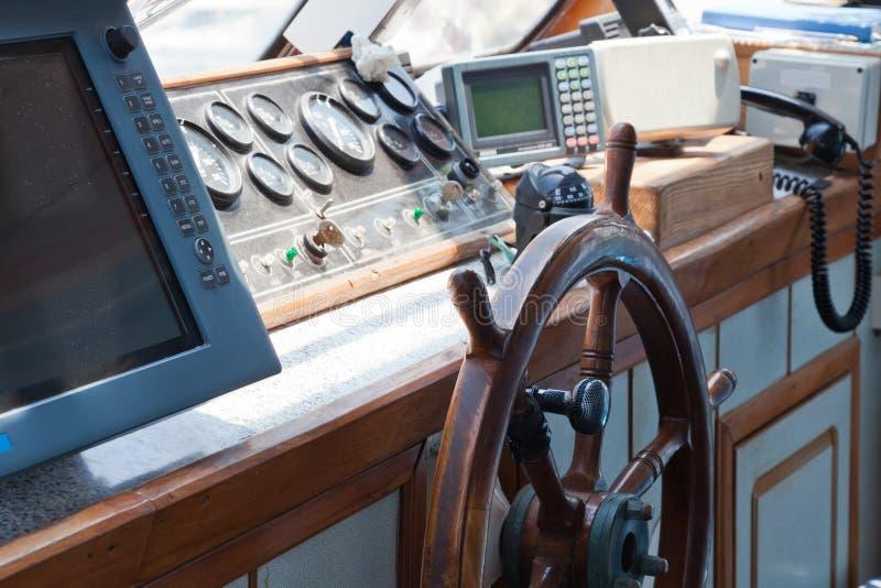 Gestisca il ponticello ed il timone sulla nave fotografia stock libera da diritti