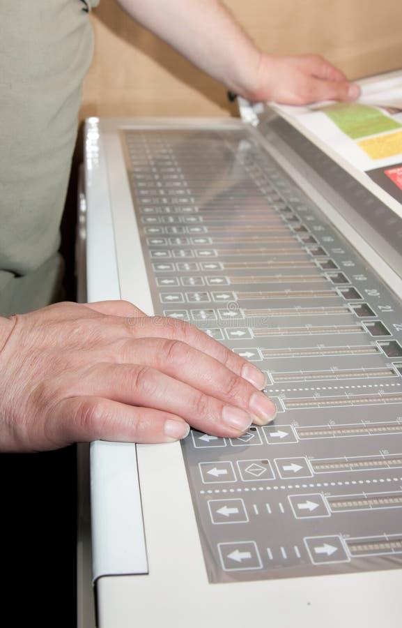 gestisca l'operaio elettronico del comitato s delle mani immagine stock libera da diritti