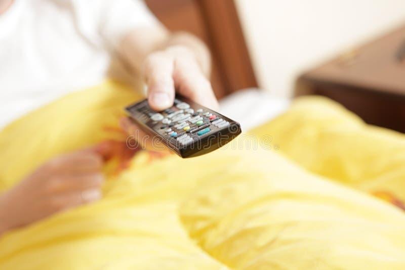 gestisca la mano TV a distanza immagine stock libera da diritti