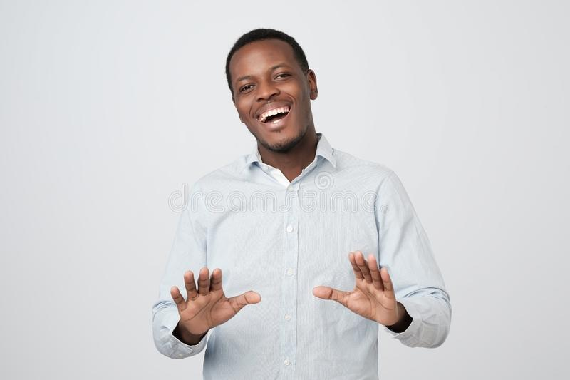 Gesto africano positivo di arresto di rappresentazione del tipo, chiedente di smettere di scherzare, poichè è stanco di risata fotografia stock libera da diritti