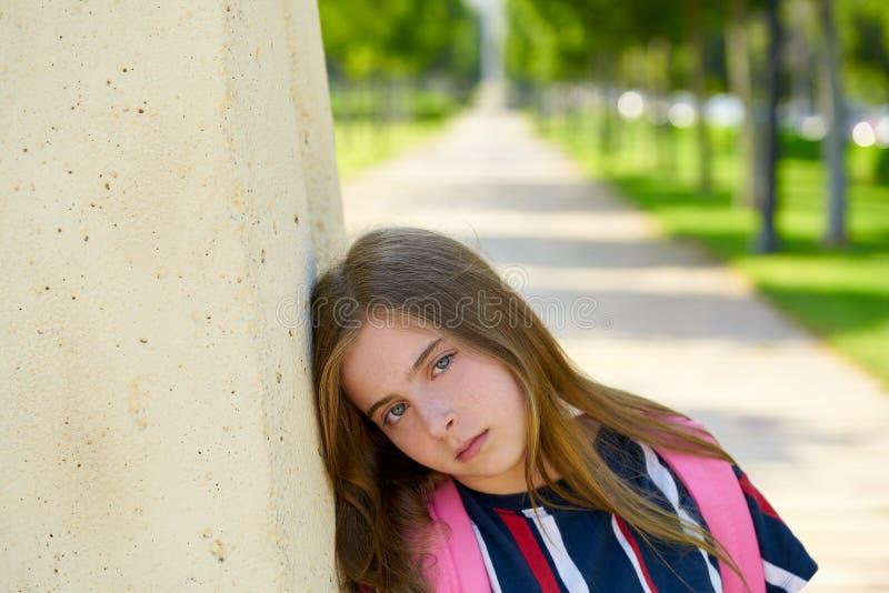 Gesto agujereado arena rubia de la muchacha del estudiante del niño fotografía de archivo libre de regalías