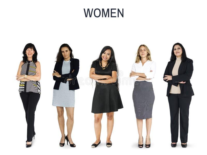 Gesto ajustado mulheres da diversidade que está junto o estúdio isolado fotos de stock royalty free