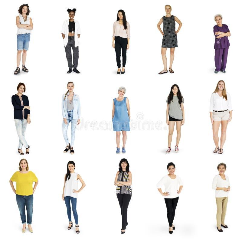 Gesto ajustado mulheres da diversidade que está junto o estúdio isolado imagem de stock royalty free