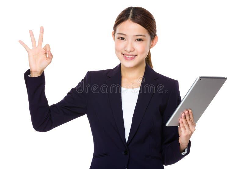 Gesto APROVADO da mulher de negócios com a tabuleta fotografia de stock